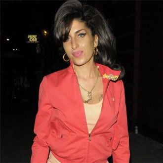 Amy Winehouse makes friends with monkey