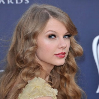taylor-swift-wins-at-academy-of-country-music-awards-2