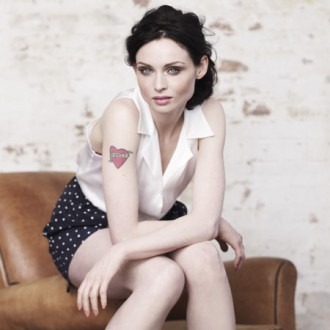 sophie-ellis-bextor-makes-a-scene-in-london-3