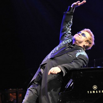 Elton John braves rain for Magic show
