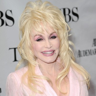 dolly-parton-performs-for-love-2