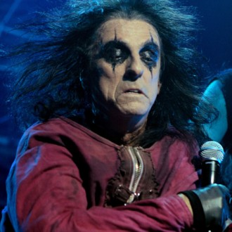 alice-cooper-shy-off-stage-2