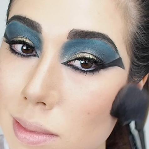 Video: Cleopatra Halloween makeup tutorial by beauty vlogger Marisa Roy