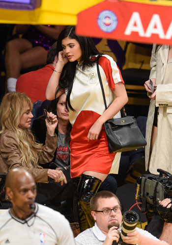 kylie-jenner-trades-in-pants-for-a-jersey-dress-2