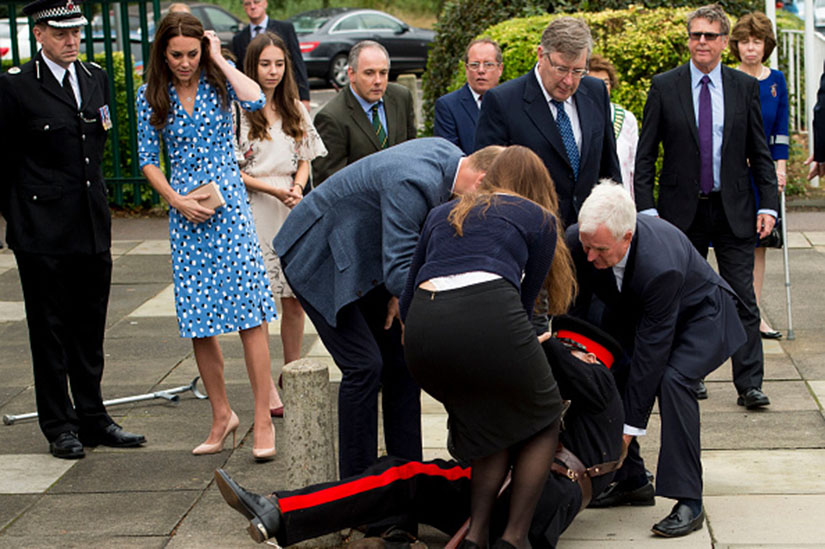 5a60041a-c23e-4226-89da-ec4fa971ee2d-will-and-kate-help-fallen.jpg