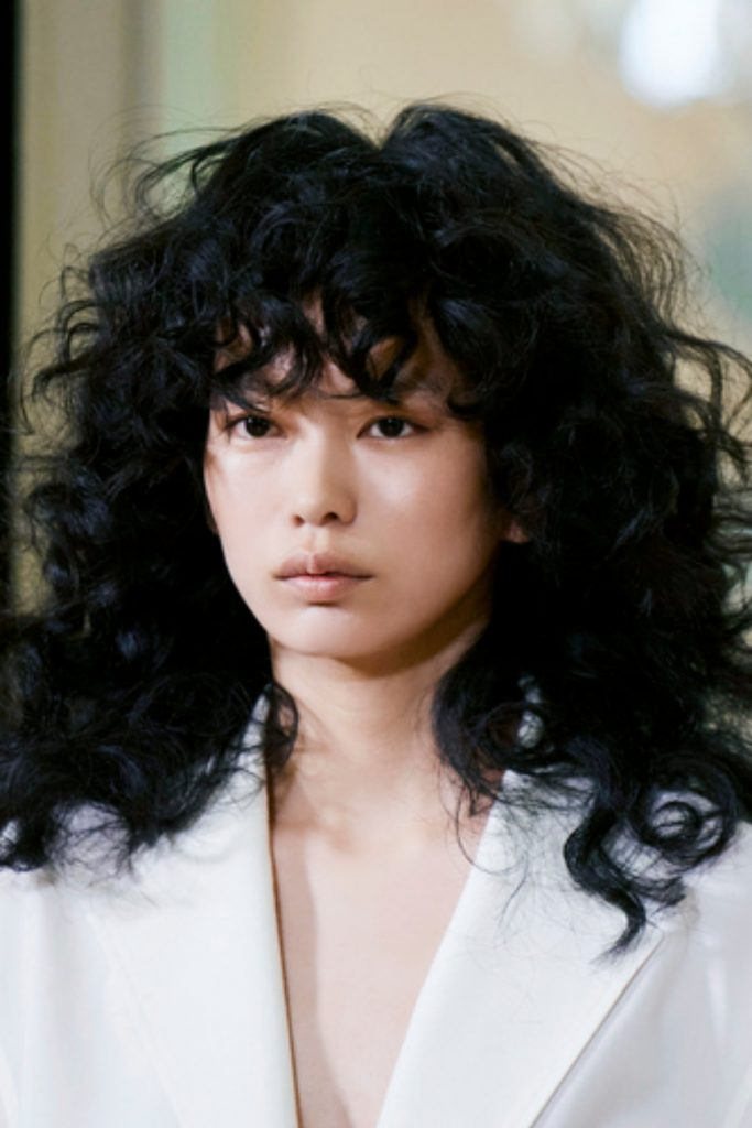 SS21 Hair Trend: Casual Curls (Victoria Tomas)