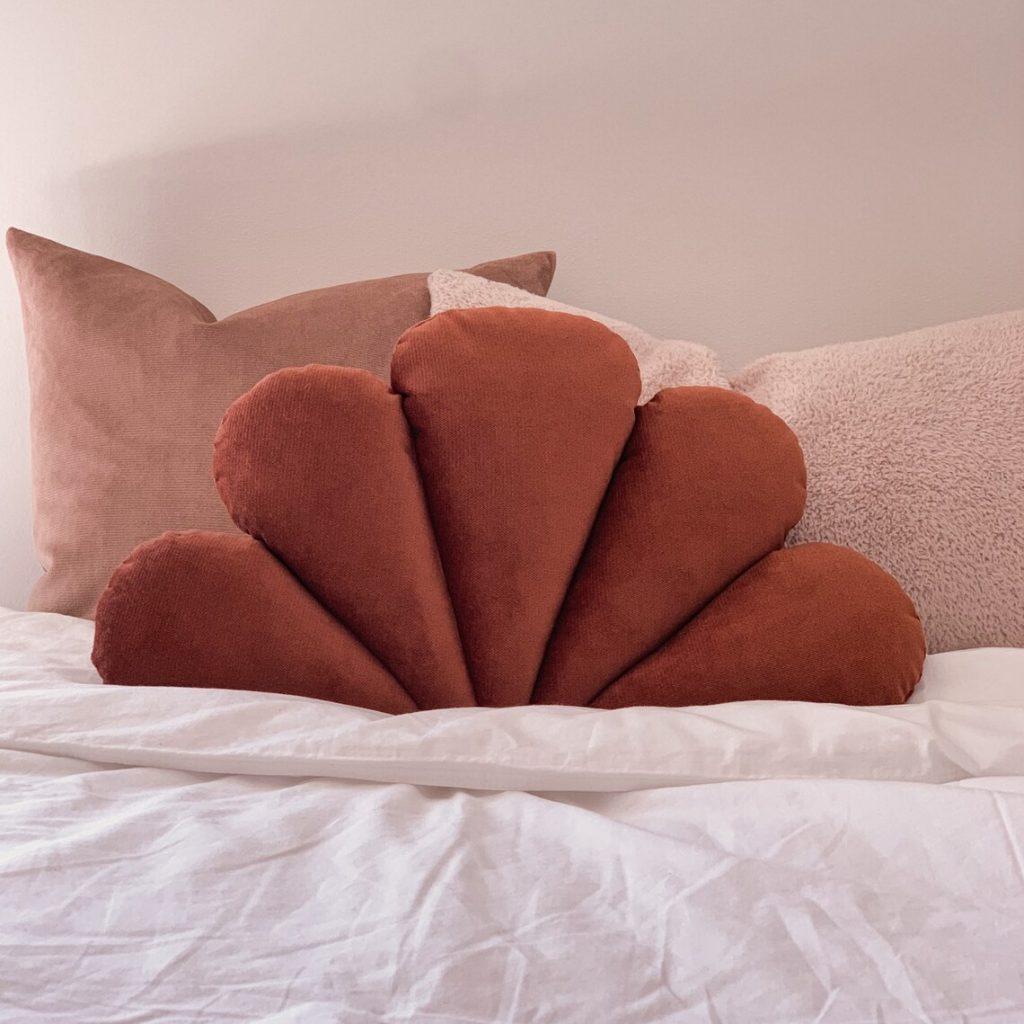 Velvet coral pillow, À la maison & co.